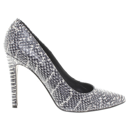 Strenesse pumps in the reptile look