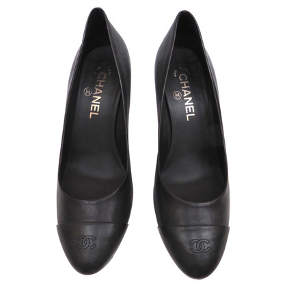 Chanel Pumps mit Logokappe