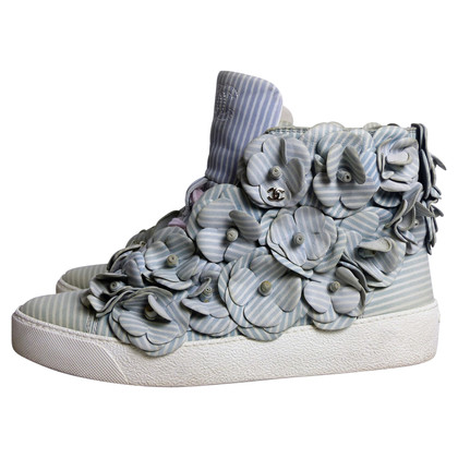 Chanel High Top Sneakers mit Kamelien