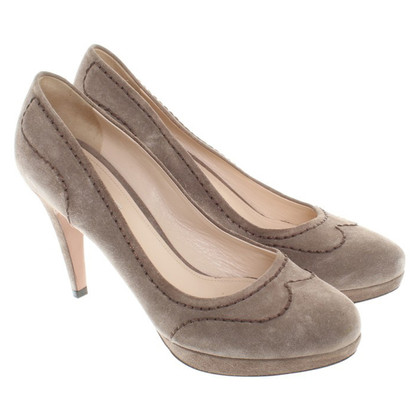 Prada Pumps aus Wildleder in Taupe