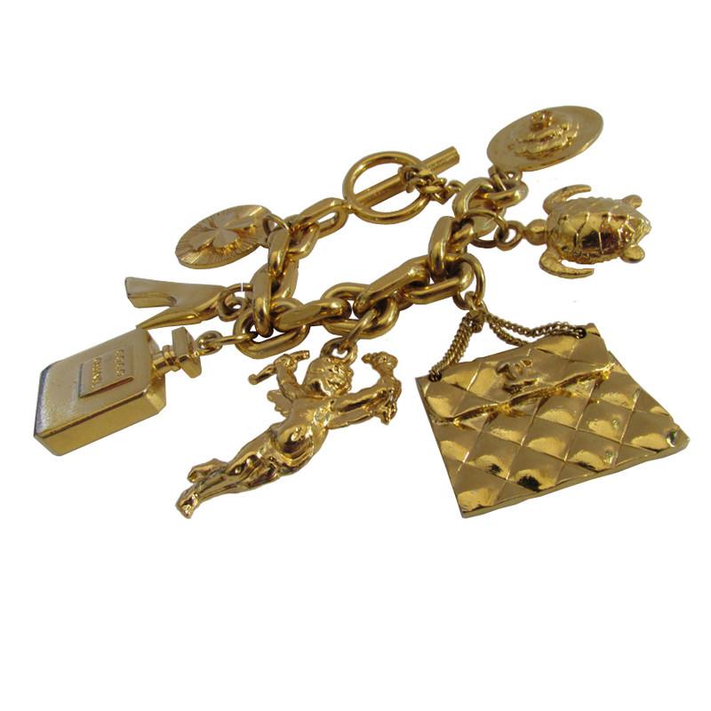 chanel chanel begehrenswertes vintage armband mit ikonischen anh ngern second hand chanel. Black Bedroom Furniture Sets. Home Design Ideas