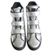 Karl Lagerfeld formateur de montantes en cuir