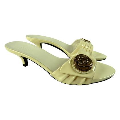 Gucci Cremefarbene Sandalette mit Emblem
