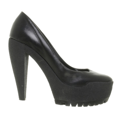 Burberry Plateau Pumps in black