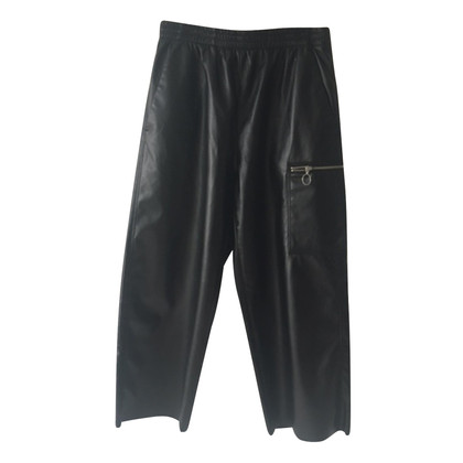 MM6 by Maison Margiela pantalon en cuir imitation en noir