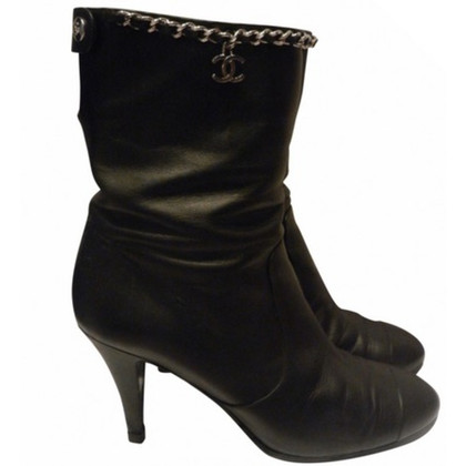 Chanel Boots mit Kette