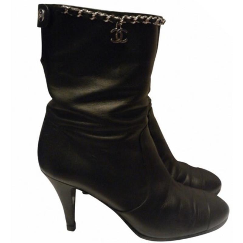 Chanel Stivali con catena