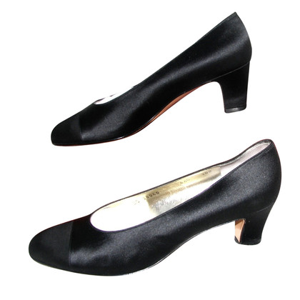 Salvatore Ferragamo pumps de satin noir