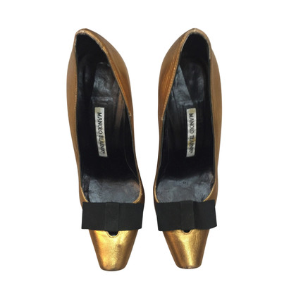 Manolo Blahnik Pumps in Gold