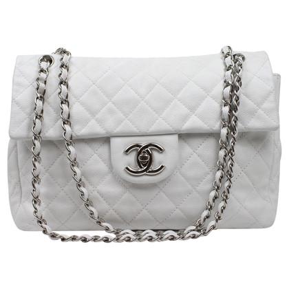 "Chanel ""Classic Maxi Flap Bag"" in bianco"