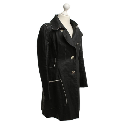 Paule Ka Trench in nero