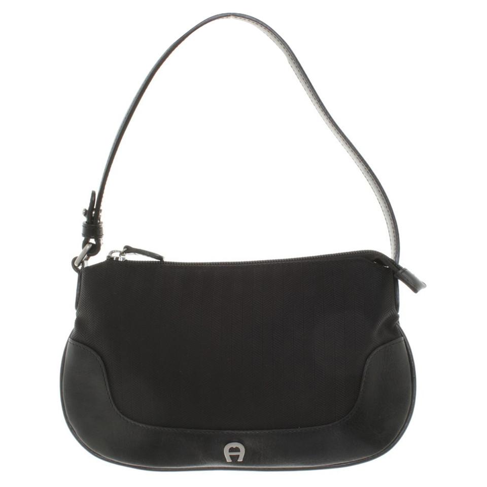 aigner handtasche in schwarz second hand aigner handtasche in schwarz gebraucht kaufen f r 79. Black Bedroom Furniture Sets. Home Design Ideas