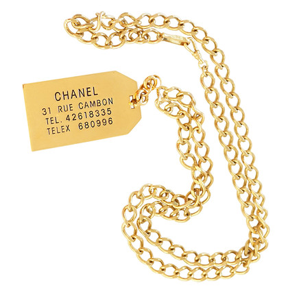 Chanel Long chain dog day Rue Cambon