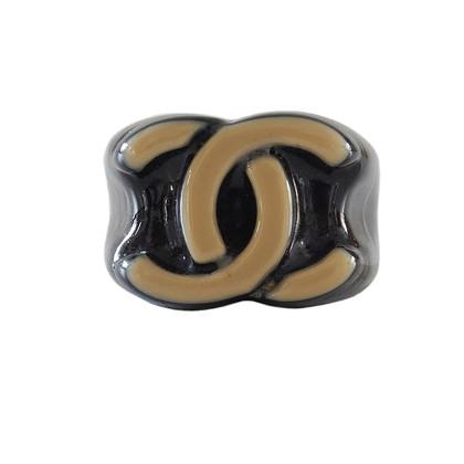 Chanel Schwarzer Ring CC Logo in Beige