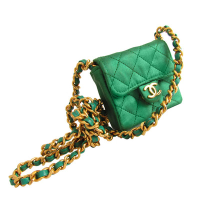 Chanel Collana con borsa verde smeraldo mini flap