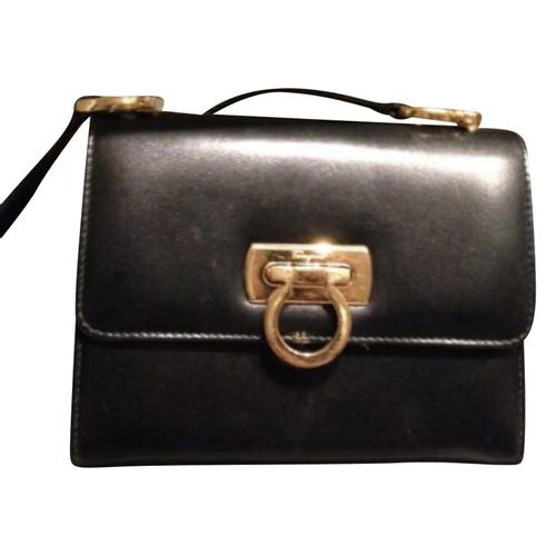 Salvatore Ferragamo Handtasche aus Leder in Schwarz Second