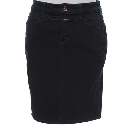 Closed skirt in dark blue