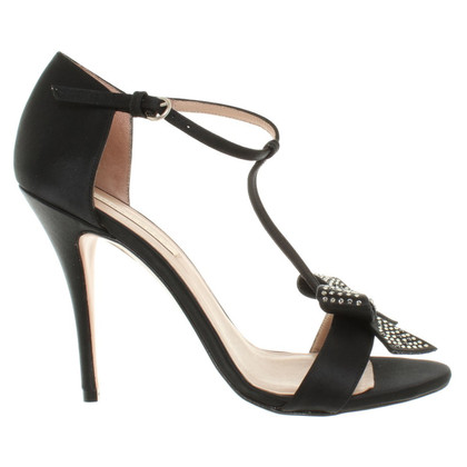 Pura Lopez pumps Bow