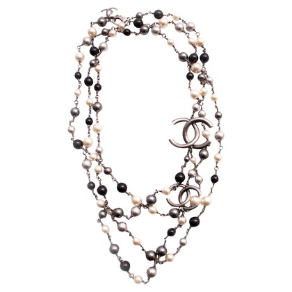 Chanel Pearl necklace with metal chanel logo