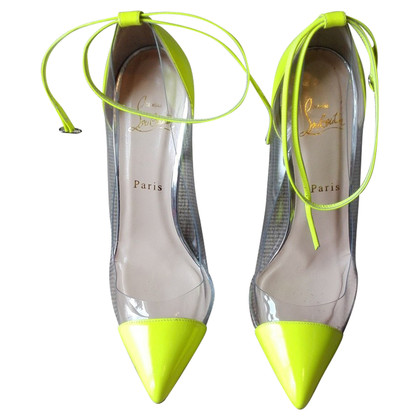 Christian Louboutin pumps in neon geel