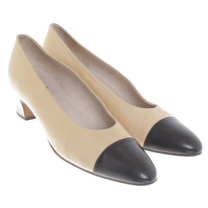 Chanel pumps in crema