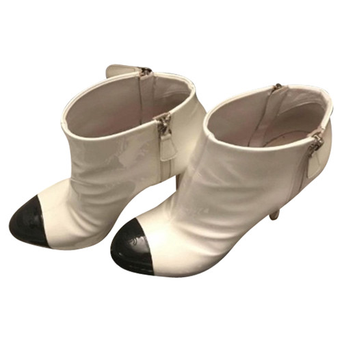 0e92d668e7f6 Chanel Patent leather ankle boots - Second Hand Chanel Patent ...