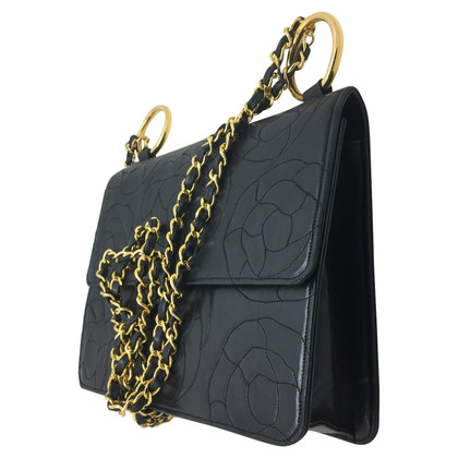 Chanel Chanel in pelle nera con camelie