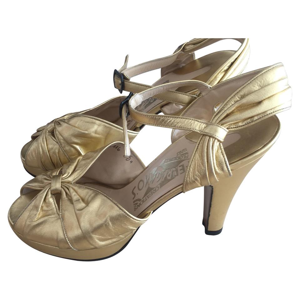 salvatore ferragamo goldfarbene sandaletten second hand salvatore ferragamo goldfarbene. Black Bedroom Furniture Sets. Home Design Ideas