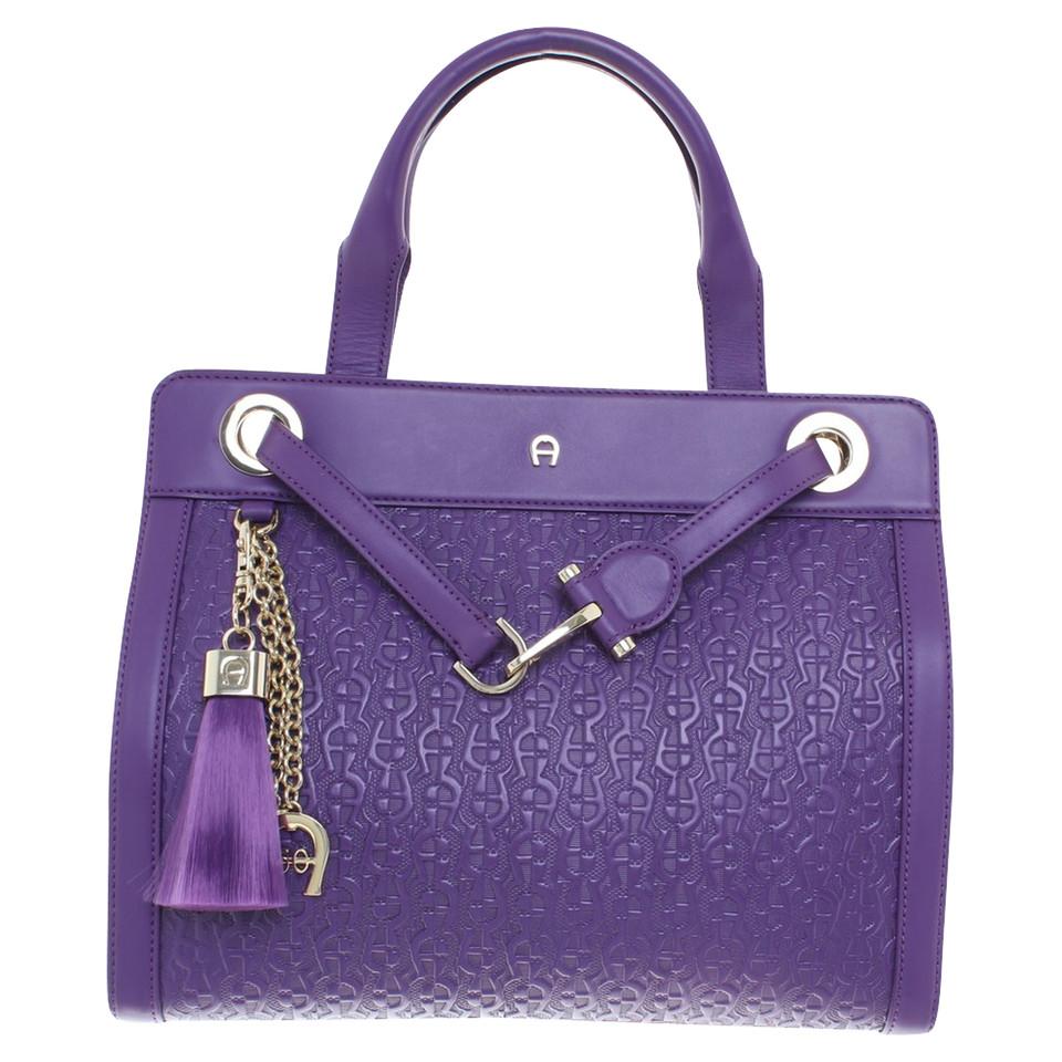 aigner handtasche in violett second hand aigner handtasche in violett gebraucht kaufen f r 236. Black Bedroom Furniture Sets. Home Design Ideas