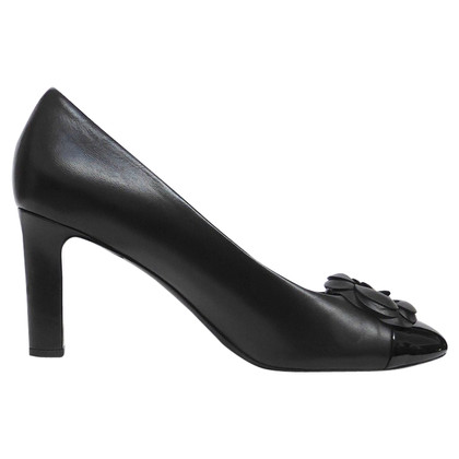 Chanel pumps met camelia