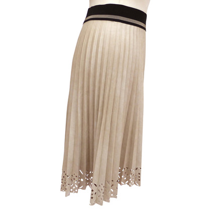 D. Exterior pleated skirt