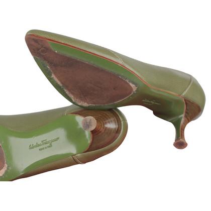 Salvatore Ferragamo pumps in groen