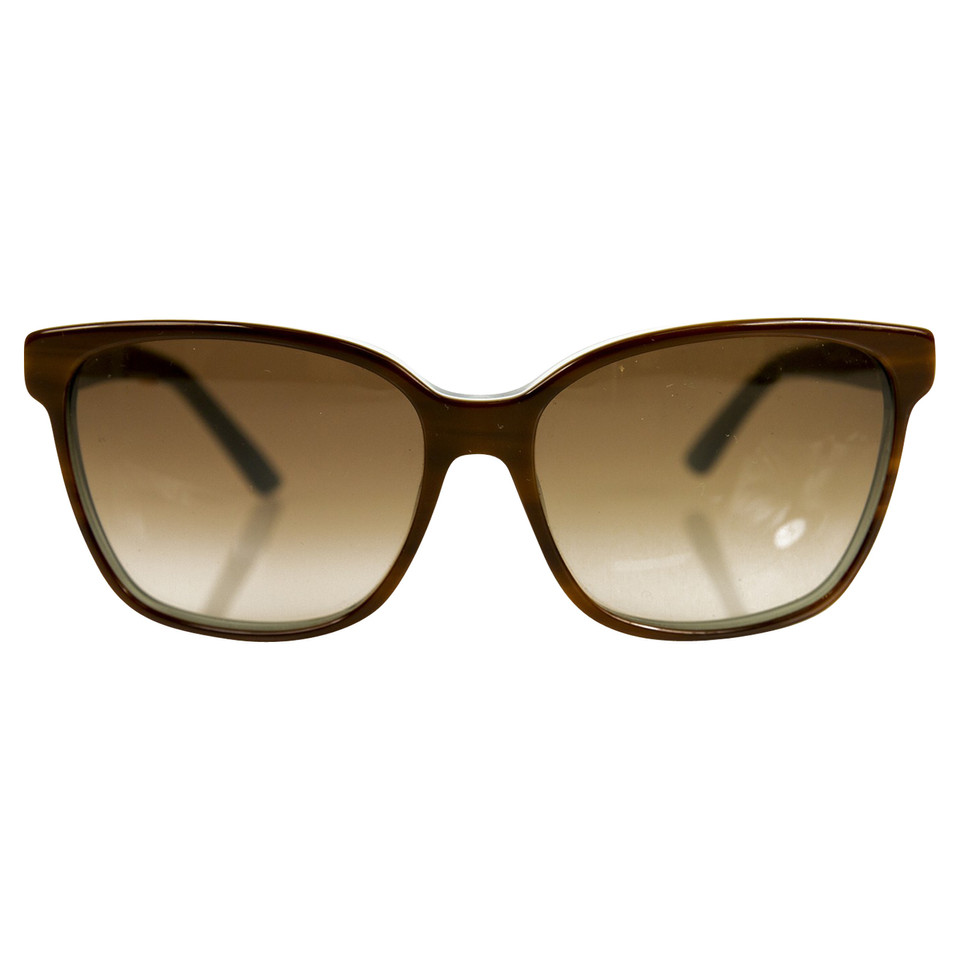 Brune a lunette tres expressive