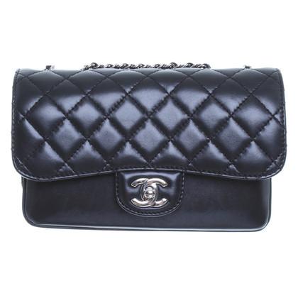 Chanel Schwarze Umhängetasche aus Glattleder mit silberfarbenen Details