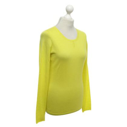Amanda Wakeley Cashmere sweater in lemon yellow