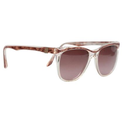 Yves Saint Laurent Des lunettes de soleil