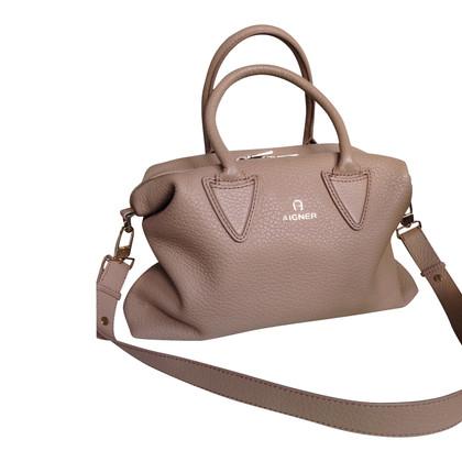 aigner handtasche second hand aigner handtasche gebraucht kaufen f r 280 00 2141020. Black Bedroom Furniture Sets. Home Design Ideas