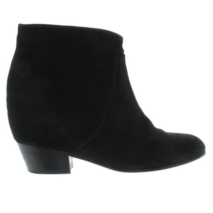 Closed Boots in Black