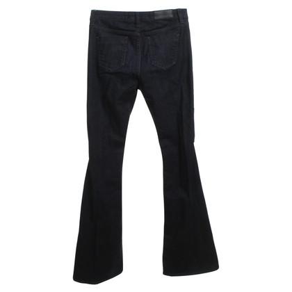 Victoria Beckham i jeans svasati in blu scuro